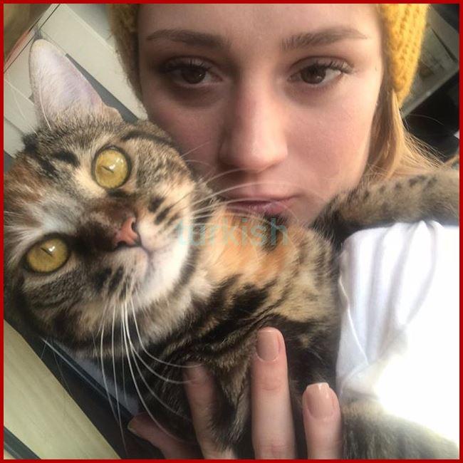 صورة قطتها المقربة