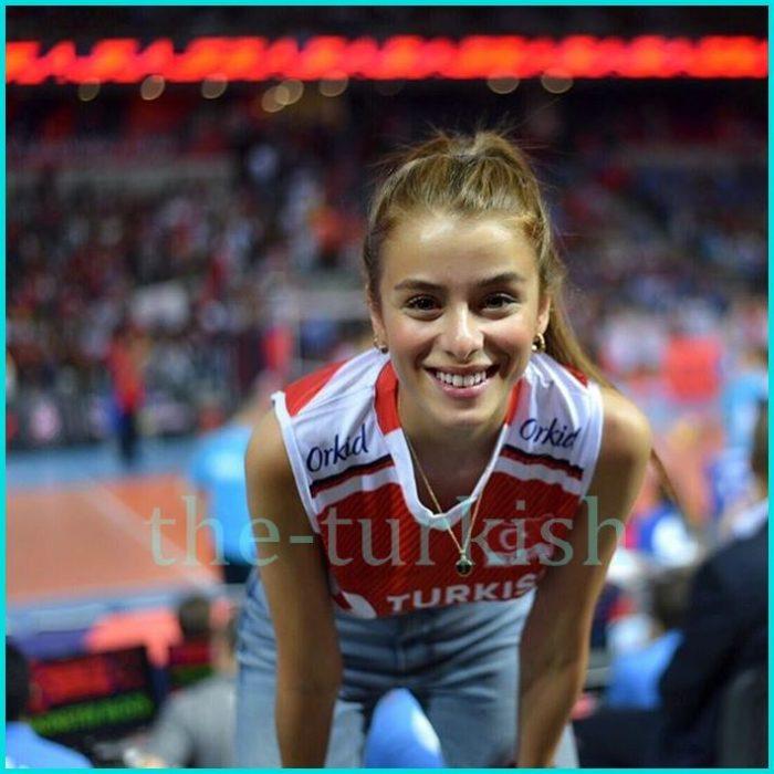 تمارس رياضتها المفضلة كرة السلة