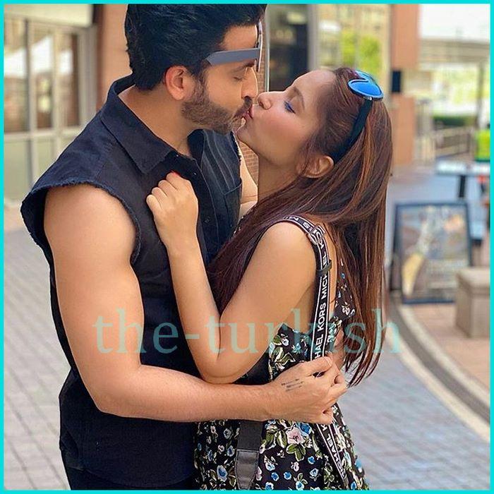 قبلة جميلة لديراج لزوجته