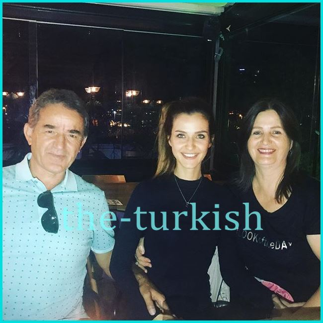 صورة عائلية لها مع والدها ووالدتها